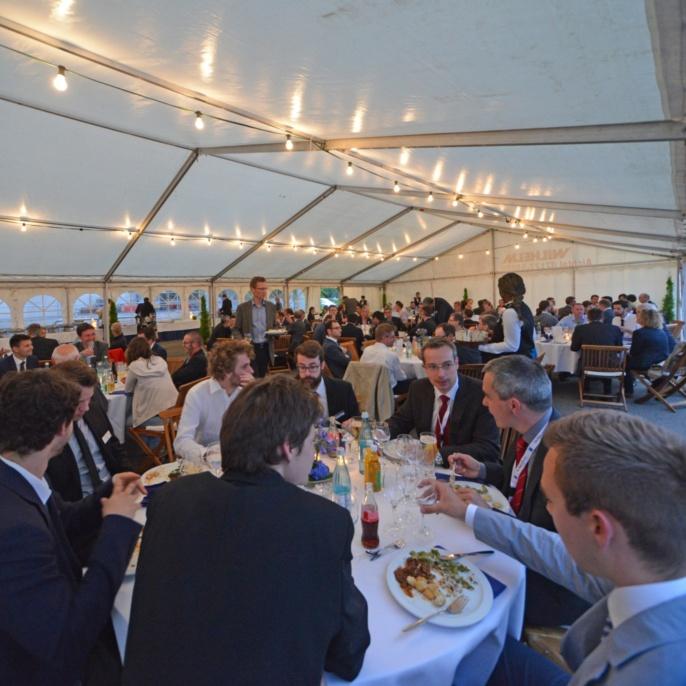 Geladene Gäste im Zelt beim 30-jährigen Jubiläum