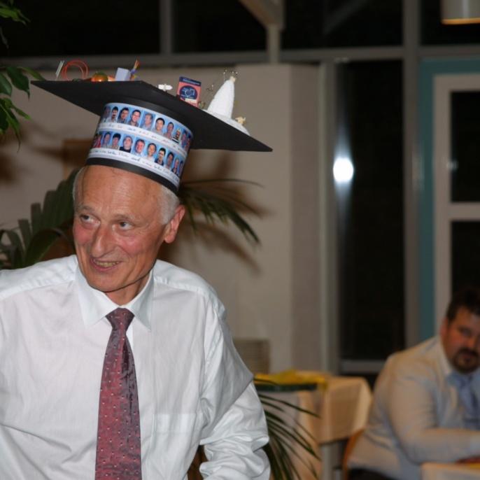 Nach bestandener Prüfung wurde Herr Hügel zum Ehrendoktor ernannt.