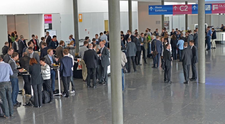 Das Foto zeigt Konferenzteilnehmer der SLT 2016 in der Kaffeepause beim gemütlichen Beisammenstehen.