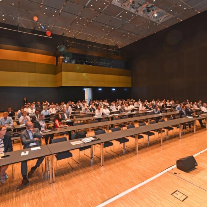 Begrüßung durch Prof. Thomas Graf im Plenarsaal