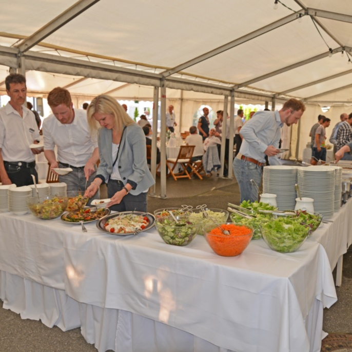 Die Gäste am Salat-Buffett