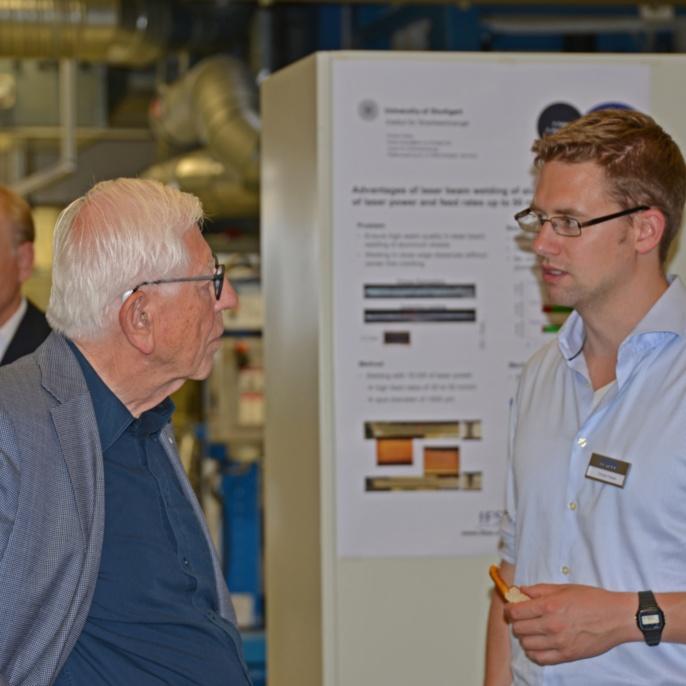 Ein interessierter Gast im Gespräch mit Florian Fetzer